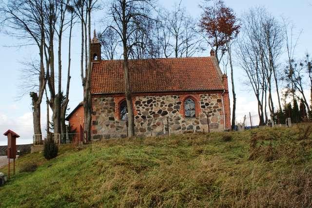 Plik:Kaplica z 1874 roku w Nowych Włókach.jpg